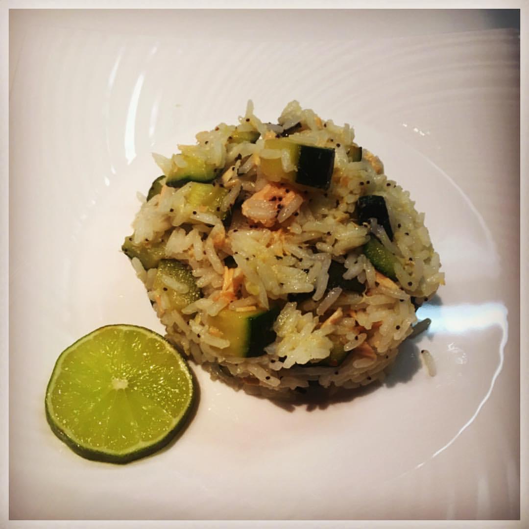 Riso Thai profumato al lime con salmone e zucchine